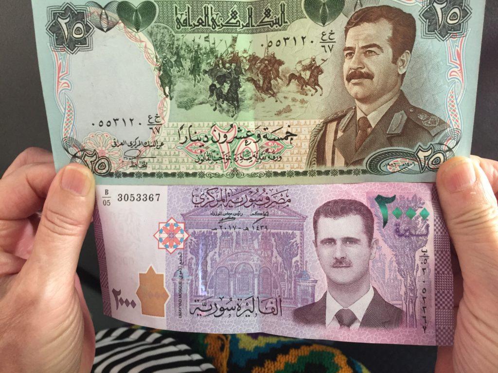 stand de change à Erbil. Billets de banque locaux.